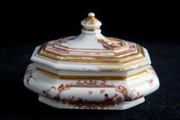 P067 - A MEISSEN OCTAGONAL SUGAR BOX AND COVER