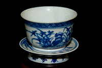 P186 - A CHINESE BLUE AND WHITE CUP AND STAND